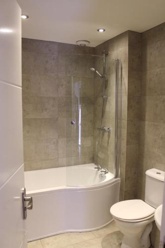 4 bed apartment in city centre with free on-site parking