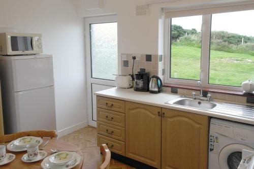 A kitchen or kitchenette at Ardara Cottage
