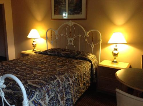 A bed or beds in a room at Starlite Cottage Motel