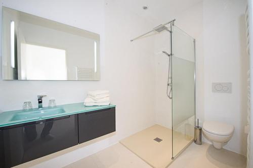 A bathroom at Villa Les Restanques