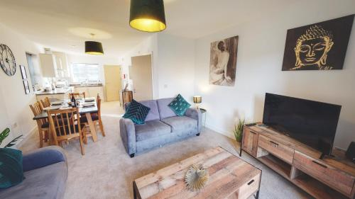 SPACIOUS 4-BED HOME - GREAT LOCATION - FREE PARKING - Sleeps 8