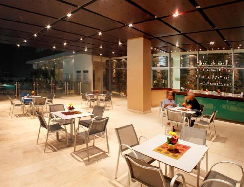 A restaurant or other place to eat at Estelar Apartamentos Barranquilla