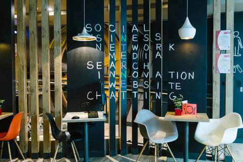 El salón o zona de bar de Ibis Madrid Centro