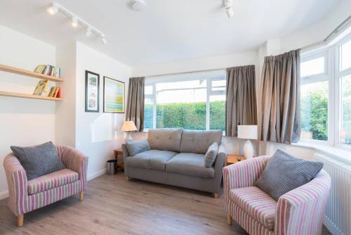 Beautiful, spacious guest suite, parking, central!