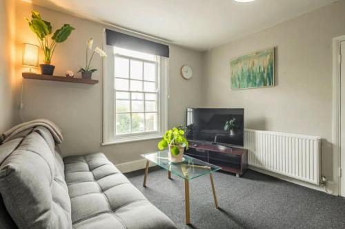 Spacious 3 Bedroom Flat With Off-Road Parking