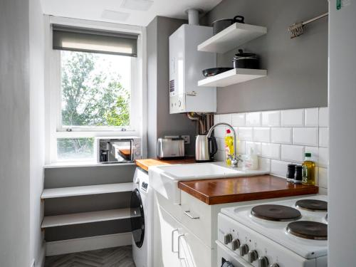 A kitchen or kitchenette at New Superhost Listing: Bright flat nr. University