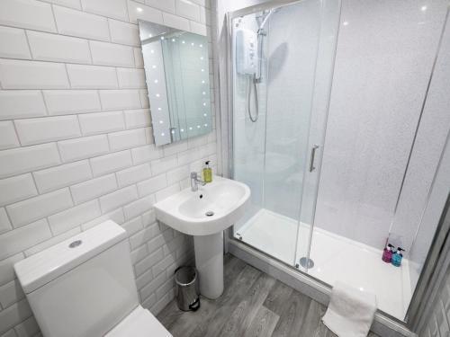 A bathroom at New Superhost Listing: Bright flat nr. University
