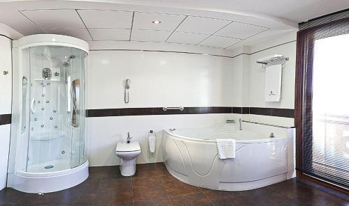A bathroom at Hotel Campos de Baeza