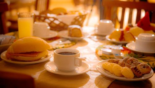 Breakfast options available to guests at Hotel Pousada Casa de Pedra Ilhabela