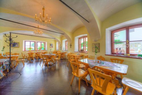 Ein Restaurant oder anderes Speiselokal in der Unterkunft unser rosa Haus für Sie