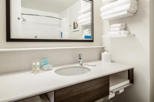 A bathroom at Hampton Inn & Suites Las Vegas-Henderson