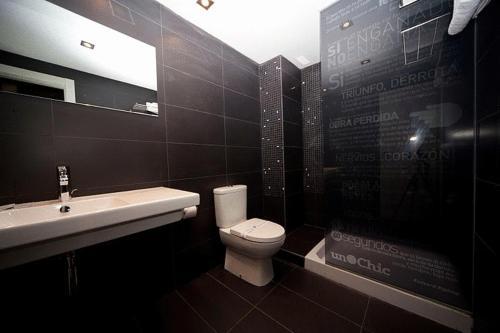 A bathroom at Hostal Un Punto Chic-Joaquin Costa
