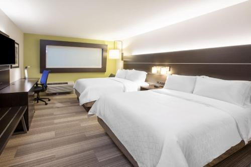 A bed or beds in a room at Holiday Inn Express & Suites Blackwell