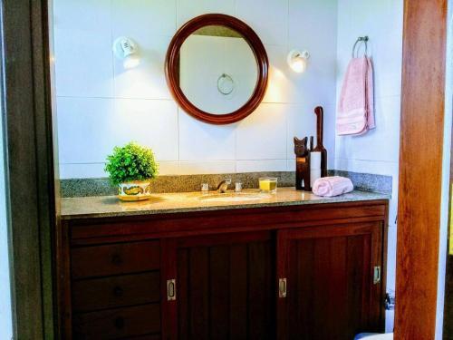 A bathroom at Suites em meio a Mata Atlântica
