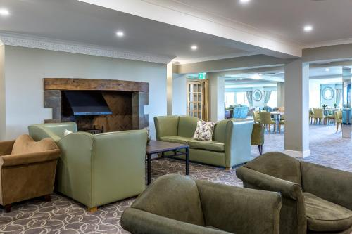 A seating area at Hellidon Lakes Hotel