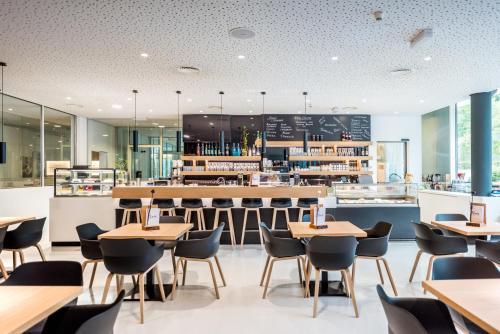 Ein Restaurant oder anderes Speiselokal in der Unterkunft Hotel und Therme NOVA