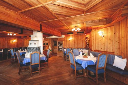 A restaurant or other place to eat at Roanwirt
