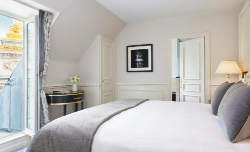 Cama ou camas em um quarto em InterContinental Paris Le Grand, an IHG Hotel