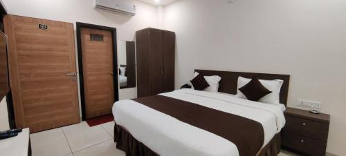 A bed or beds in a room at Hotel Golden Rays