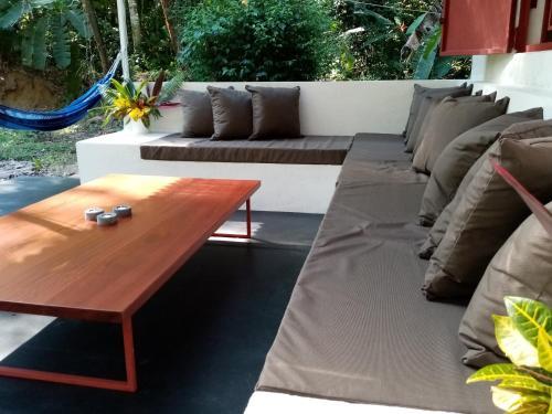 Ein Sitzbereich in der Unterkunft Bolita Rainforest Hostel and Cabinas
