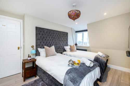 A bed or beds in a room at Corporate & Contractor Short Stay Accommodation by King Square Apartments