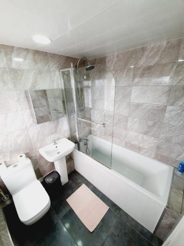 A bathroom at 3 Bedroom Thundersley Apartment