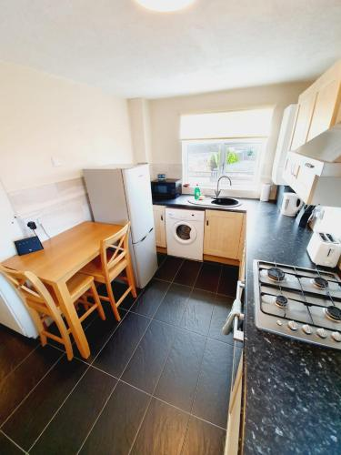 A kitchen or kitchenette at 3 Bedroom Thundersley Apartment
