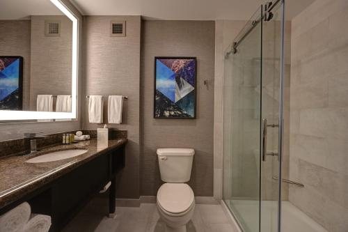 A bathroom at DoubleTree by Hilton Denver International Airport, CO