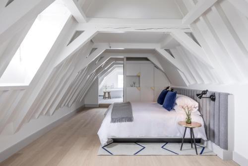 Een bed of bedden in een kamer bij Kimpton De Witt Amsterdam