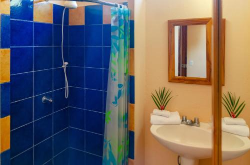 A bathroom at Tico Adventure Lodge