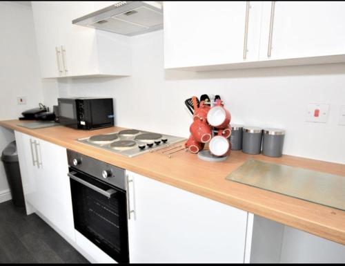 A kitchen or kitchenette at Townhouse @ Birks Street Stoke