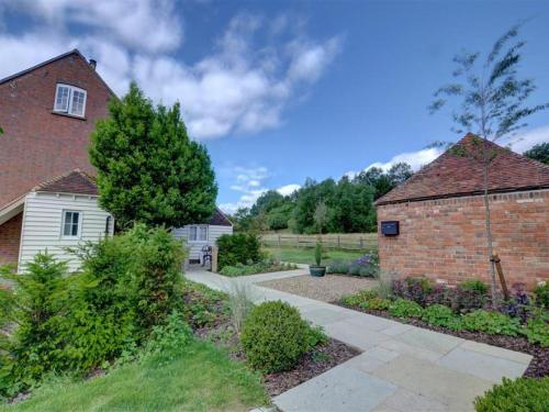 Cozy Holiday Home in Maidstone Kent with Lawns