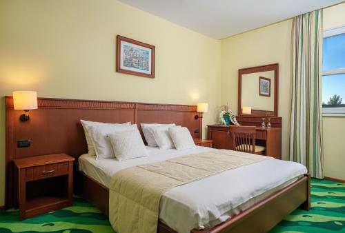 A bed or beds in a room at Hotel Vrata Krke