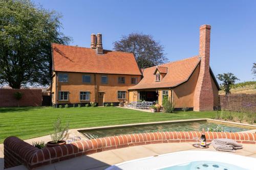 Huntingfield Villa Sleeps 14 with Pool