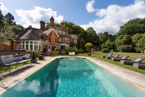Ascot Villa Sleeps 16 with Pool