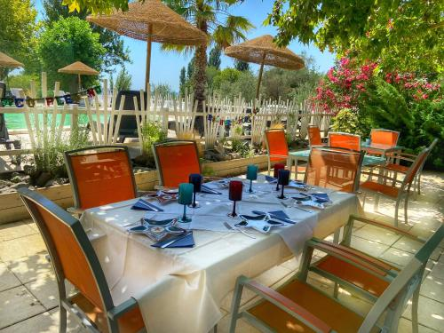 A restaurant or other place to eat at International Glamping Lago Di Bracciano