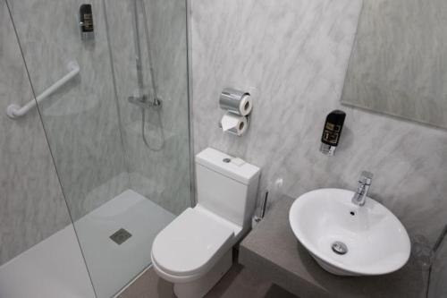 A bathroom at Cahir House Hotel
