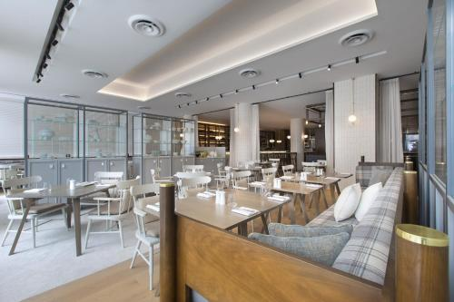 A restaurant or other place to eat at Sheraton Melbourne Hotel