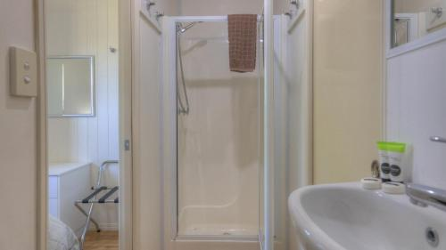 A bathroom at Killarney View Cabins and Caravan Park
