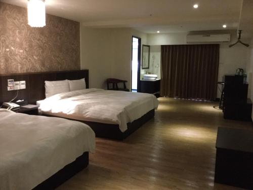 A bed or beds in a room at Dengfeng Milan Business Hotel