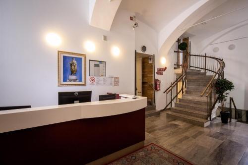 Zona de hol sau recepție la Hotel Emonec
