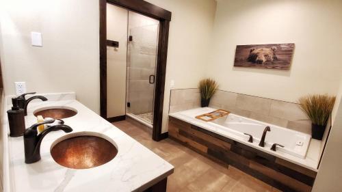 A bathroom at The Inn on Fall River & Fall River Cabins