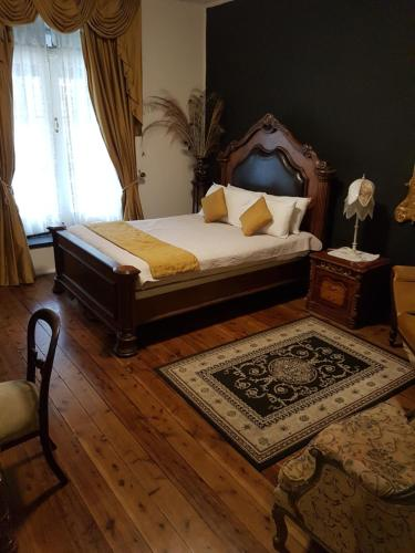 A bed or beds in a room at Wisemans Inn