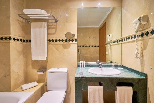 A bathroom at Exe Ciudad de Córdoba