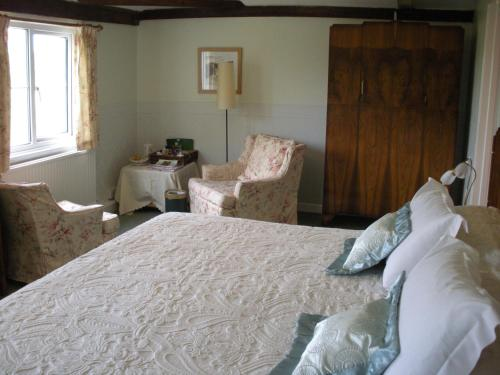A bed or beds in a room at Manor Farm Oast