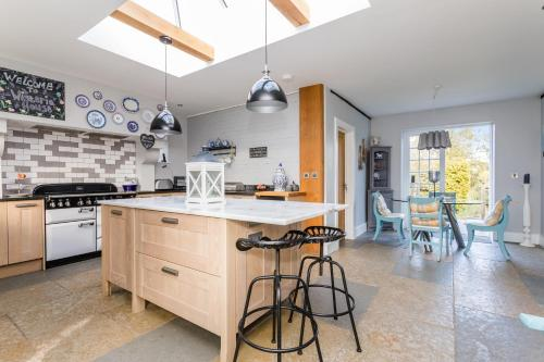 A kitchen or kitchenette at Wisteria House - 3 bedroom house