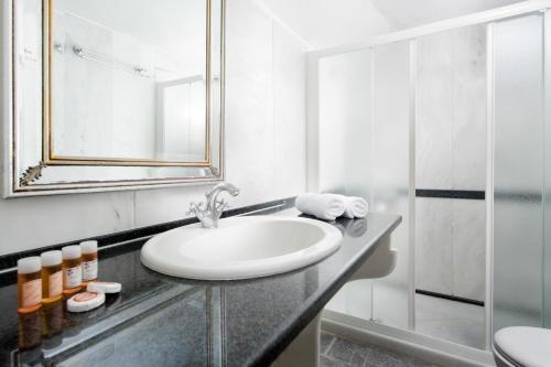 Ένα μπάνιο στο Andromeda Villas & Spa Resort