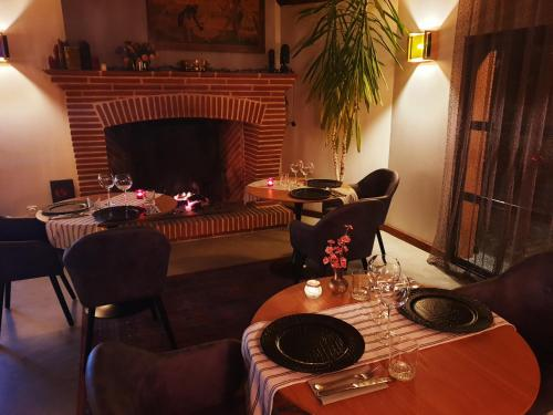 A restaurant or other place to eat at Blue Lagoon Suites & Spas Piscine Montauban