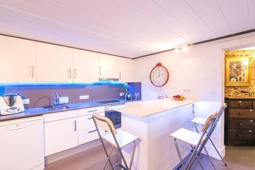 A kitchen or kitchenette at Duplex In Barcelona ALA