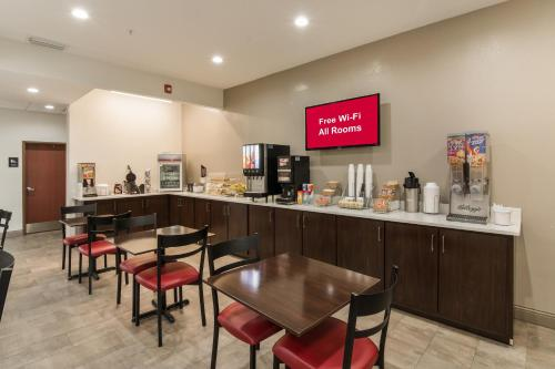 A restaurant or other place to eat at Red Roof Inn Panama City